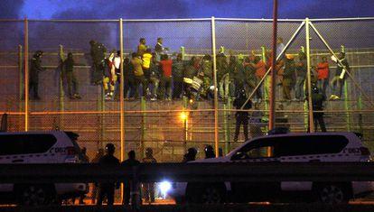 Salto colectivo a la valla de Melilla, en octubre de 2014.