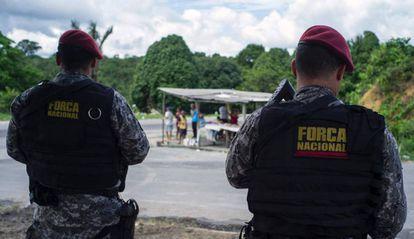 Policías brasileños vigilan los exteriores de la prisión de Manaus.