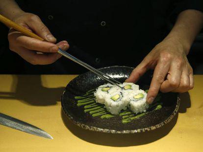 Un cocinero prepara sushi en el restaurante 99 Sushi Bar.