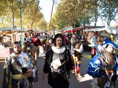 Pasacalles que recrea la batalla de Lepanto durante la inauguración del mercado cervantino, el pasado viernes.