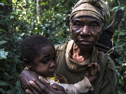 Una mujer pigmea y su hijo en las selvas de Camerún.
