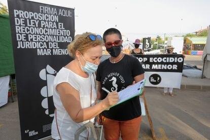 Recogida de firmas para dar derechos propios al mar Menor este viernes en un mercadillo de la localidad de Mar de Cristal.