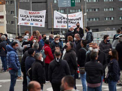 Trabajadores de la fábrica de Bosch Sistemas de Frenado de Lliçà d'Amunt (Barcelona), protestan contra el cierre de la misma.