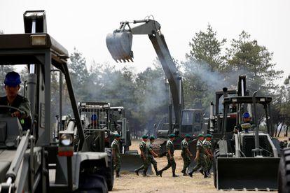 Miembros de las Fuerza Armadas durante obras en la base aérea militar de Santa Lucía, en Tecamac, México.