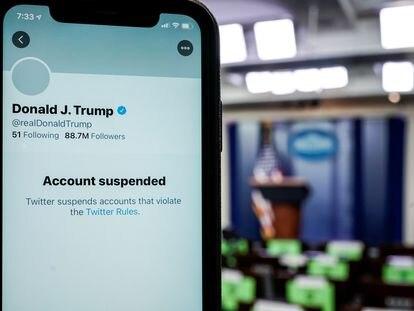 Un teléfono con la cuenta suspendida de Trump en Twiitter, en la Casa Blanca.
