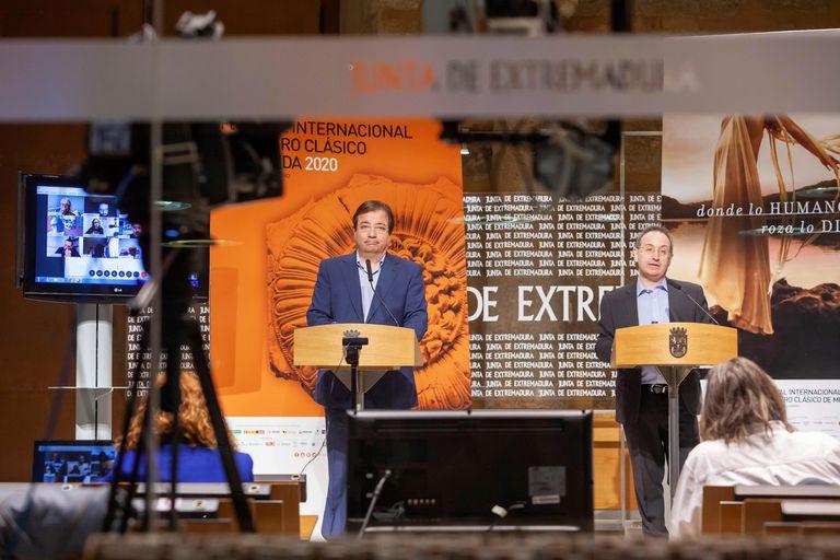 El presidente de la Junta de Extremadura, Guillermo Fernández Vara (izquierda), y el director del Festival de Teatro de Mérida, Jesús Cimarro, durante la presentación de la programación.