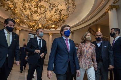 El alcalde de Madrid, José Luís Martinez-Almeida, entrando al Ritz este jueves.