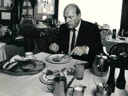 El teólogo Simon J. Kistemaker ataca el desayuno de los campeones.