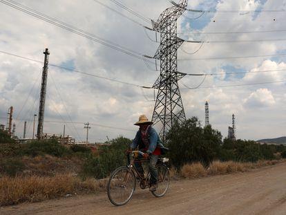 Un hombre pasea cerca de la planta de Tula, operada por la Comisión Federal de Electricidad.