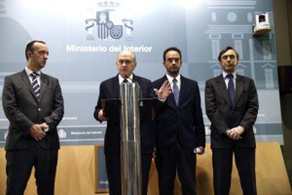 De izquierda a derecha, el secretario de Estado de Seguridad, Francisco Martínez: el ministro del Interior, Jorge Fernández Díaz; y los portavoces parlamentarios del PP y PSOE, Rafael Hernando y Antonio Hernando.