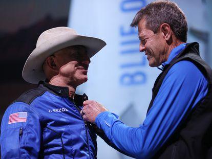 Jeff Bezos recibe las alas de Blue Origin de manos del astronauta Jeff Ashby.
