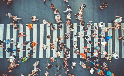 Vista cenital de un paso de peatones abarrotado de gente.