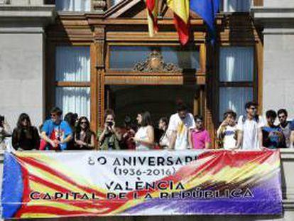 Imagen de archivo de una pancarta de la II República en el Ayuntamiento de Valencia.