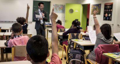 Un grupo de alumnos participa en clase.