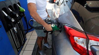 Un hombre reposta en una gasolinera de Madrid.