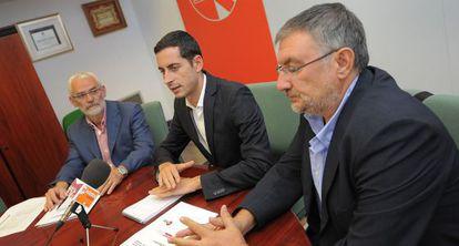 En el centro, Carlos Bielsa, alcalde de Mislata, con sus colegas de Alboraia y Vinalesa.