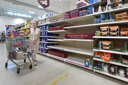 Estantes vacíos en un supermercado en Nine Elms, al sur de Londres (Reino Unido), el pasado 22 de julio