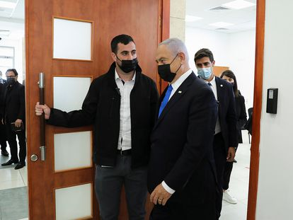 El primer ministro israelí, Benjamín Netanyahu, este lunes a su llegada al tribunal de Jerusalén que le juzga por corrupción.