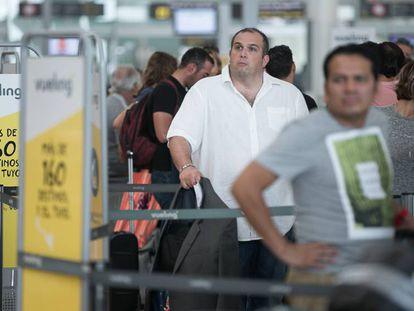 Pasajeros hacen cola en el aeropuerto del Prat.