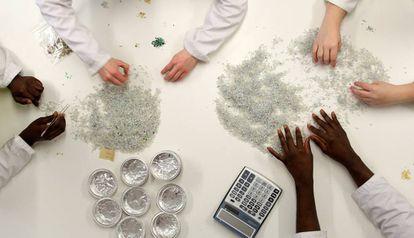 Técnicos de un laboratorio de control de calidad de plástico reciclado.