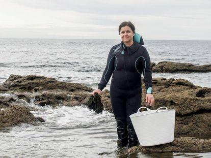 Rosa Mirás, fundadora de Porto-Muiños, sostiene un manojo de algas que acaba de extraer del mar.