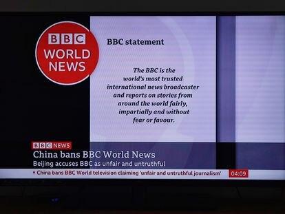 Una pantalla de televisión en Shanghái muestra un programa de la BBC, a la que China ha prohibido emitir en su territorio.