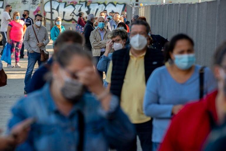 Una cola de personas esperando para someterse a test de antígenos en Vallecas (Madrid) este miércoles.