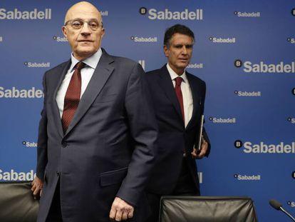 El presidente del banco Sabadell, Josep Oliu, y el consejero delegado, Jaime Guardiola, durante la presentación de resultados en Madrid en enero.