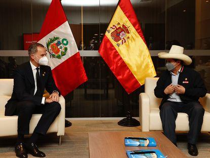 El rey de España, Felipe VI, y el presidente electo de Perú, Pedro Castillo, se reúnen este martes en Lima.