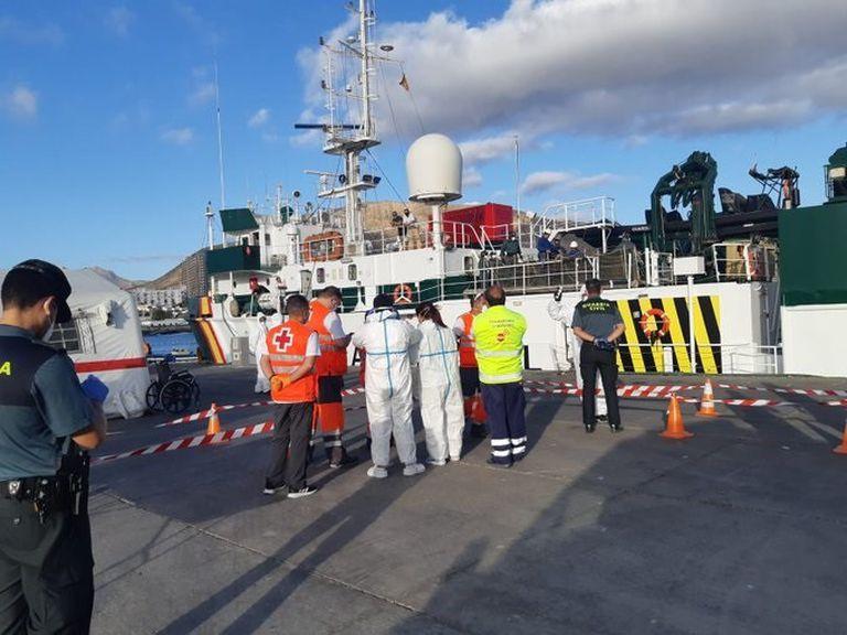 Imágenes del dispositivo sanitario y de seguridad preparado en el muelle de Los Cristianos (Tenerife) para la atención de los migrantes.