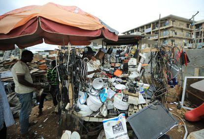Un hombre mira artículos electrónicos a la venta en un centro de reciclaje en Abuja, Nigeria, 18 de junio de 2020