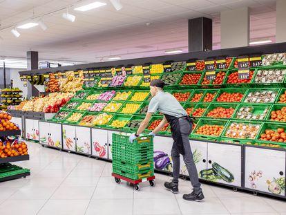 Un empleado en un supermercado Mercadona de Castilla y León.