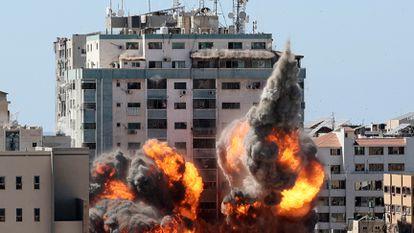 Una torre de 12 plantas, que albergaba las oficinas locales de Associated Press y Al Jazeera, es alcanzada por un misil israelí, el sábado en la ciudad de Gaza.