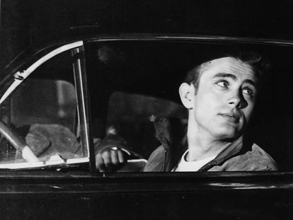 James Dean, sentado en un coche. No es el Porsche en el que falleció, sino una escena de la película 'Rebelde sin causa', estrenada ya tras su muerte en 1955.