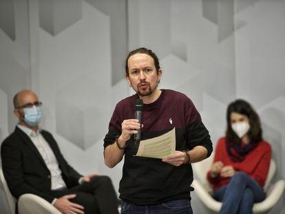El secretario general de Podemos, Pablo Iglesias, junto a la coportavoz de la formación, Isa Serra, y el secretario de Estado de Derechos Sociales, Nacho Álvarez, durante un acto organizado por el partido sobre las políticas de vivienda este domingo.