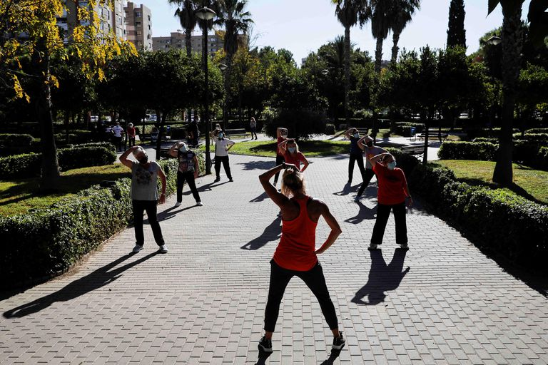 Un grupo de personas hace ejercicio en un parque de Valencia.