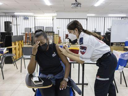 Una sanitaria vacuna a una alumna este viernes en un colegio del área de Tel Aviv.