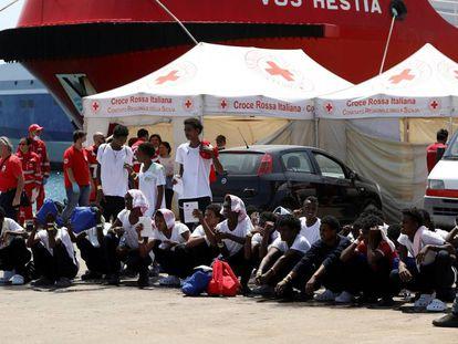 Un grupo de migrantes subsaharianos en el puerto siciliano de Augusta, a principios de agosto.
