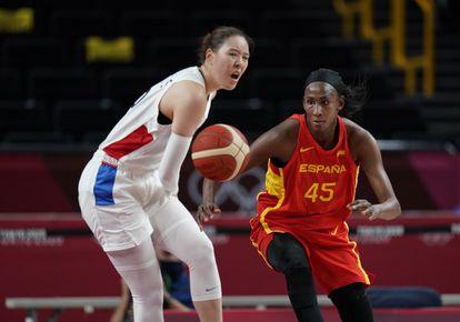 Ndour persigue un balón ante la mirada de Ji Su Park en el partido Corea-España.