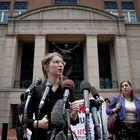 Chelsea Manning asiste a la prensa fuera del juzgado de Virginia