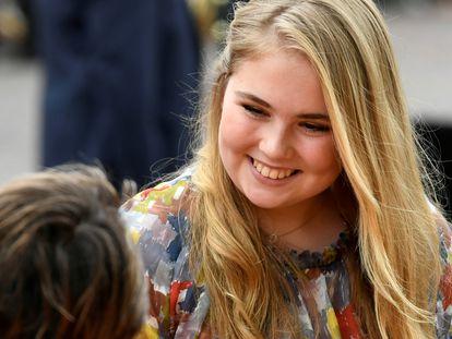 La princesa Amalia de Holanda saluda a la gente durante la celebración del Día del Rey en Amersfoort, en abril de 2019.