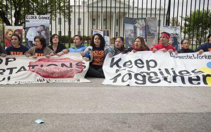 Manifestantes frente a la Casa Blanca para pedir el fin de las deportaciones.