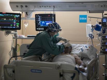 Una enfermera atiende a un paciente con covid en la UCI del Hospital Vall d'Hebron de Barcelona.