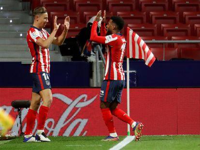 Marcos Llorente (i) celebra con su compañero Thomas Lemar el segundo gol deL Atlético ante el Valladolid. EFE/Emilio Naranjo