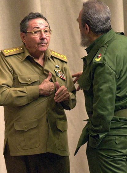 Raúl Castro (izquierda), con su hermano Fidel Castro, en 2001.