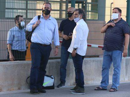 Joaquim Forn, Raül Romeva, Jordi Cuixart y Oriol Junqueras, el 28 de julio a las puertas de la prisión de Lledoners después de que fuese suspendido su tercer grado.
