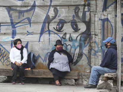 Tres personas protegidas con tapaboca esperan su turno para el testeo de coronavirus, fuera de una clínica en Quito, Ecuador, el 29 de julio pasado.