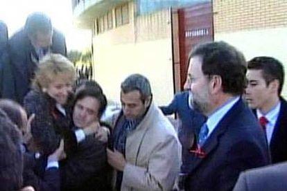 Rajoy observa cómo varias personas ayudan a Esperanza Aguirre, que sonríe, a salir de la aeronave siniestrada.
