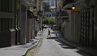 Un hombre cruz una calle de San Juan.