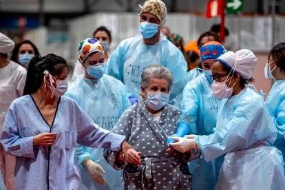 Personal sanitario y enfermos celebran el último homenaje de las 20:00 en el Hospital de Ifema antes de su cierre.